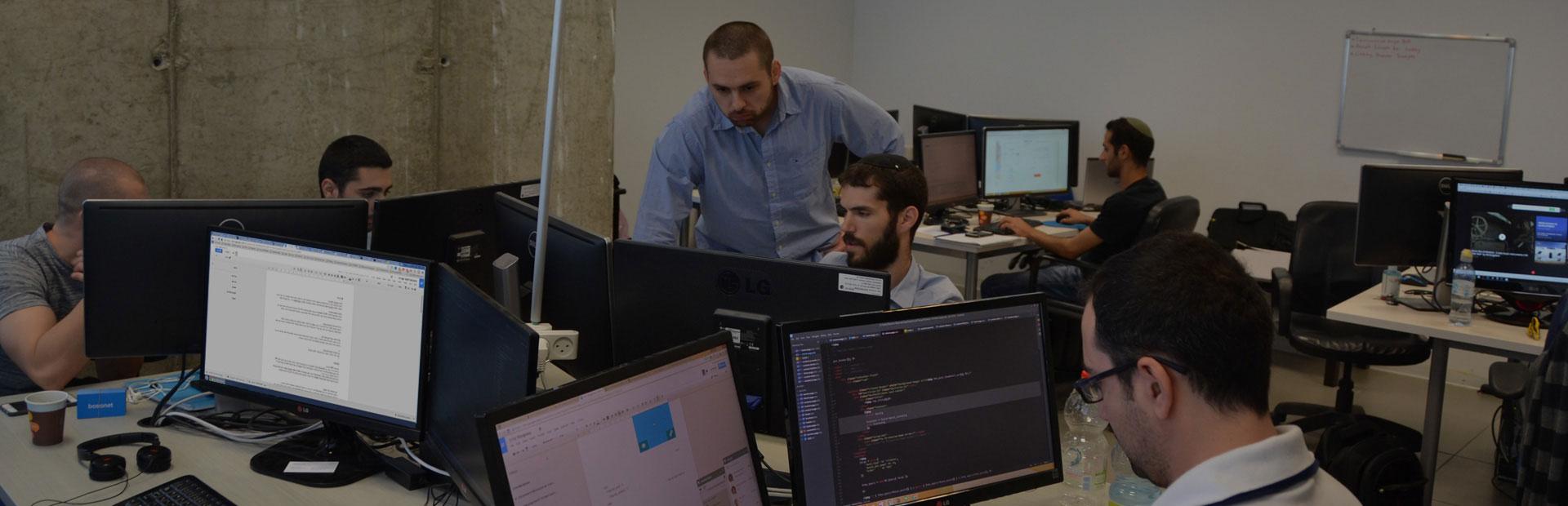 חברת פיתוח תוכנה בפעולה עם מפתחי תוכנה מומחים